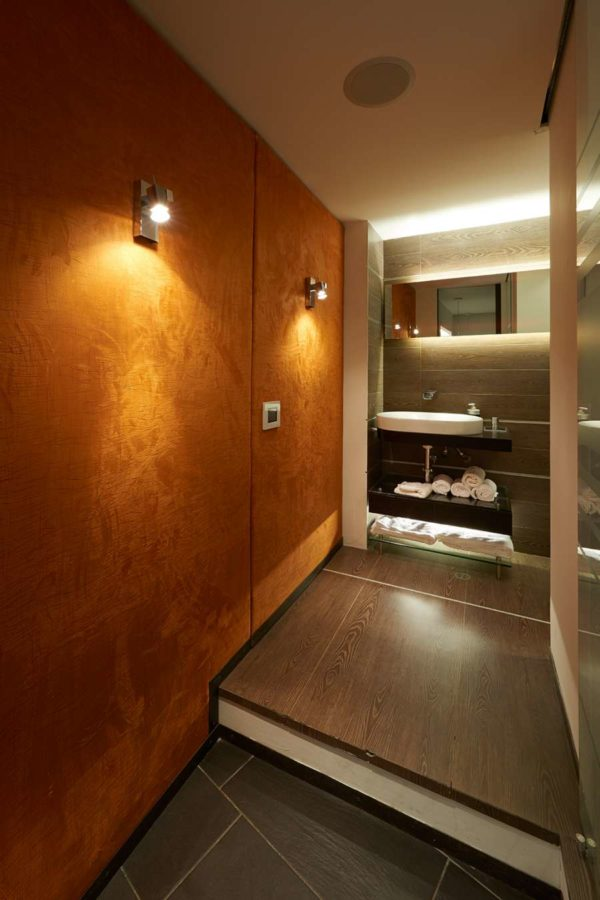 iluminación baño show room en quito